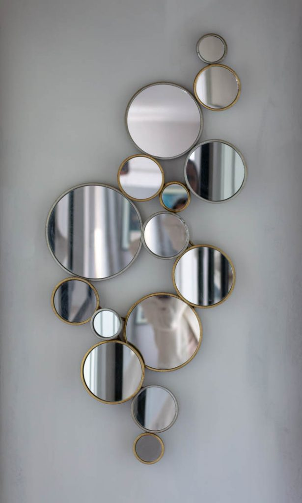 A mirror made of many circles
